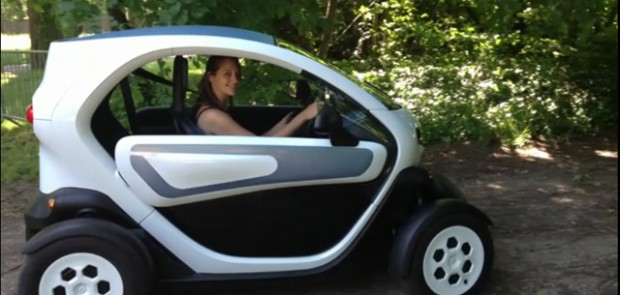 Renault, Twizy, scooter, David Guetta, Cathy Guetta, véhicule électrique, fun