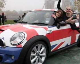 guiness world record, record du monde, voiture de femme, Mini, BMW, gymnaste