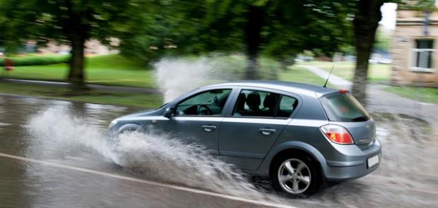 aquaplaning, accident, glissade, éviter aquaplaning, réflexe, astuce, pneu hiver, neige