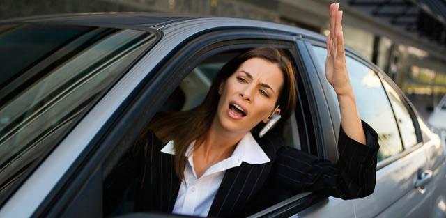 courtoisie au volant, accident, voiture femme, sécurité, sécurité routière, téléphone au volant