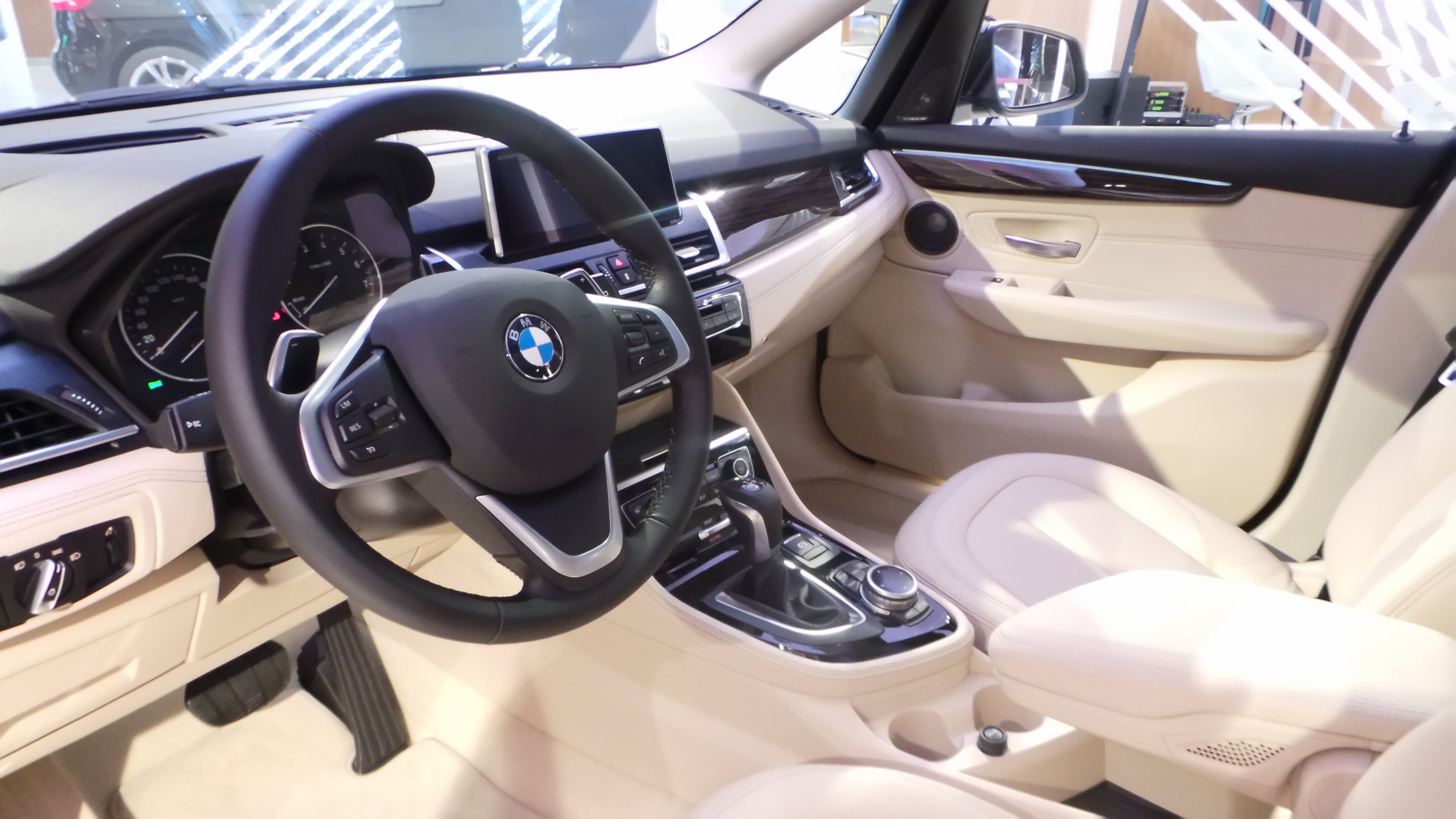S rie 2 active tourer le premier monospace de bmw les for Bmw serie 9 interieur
