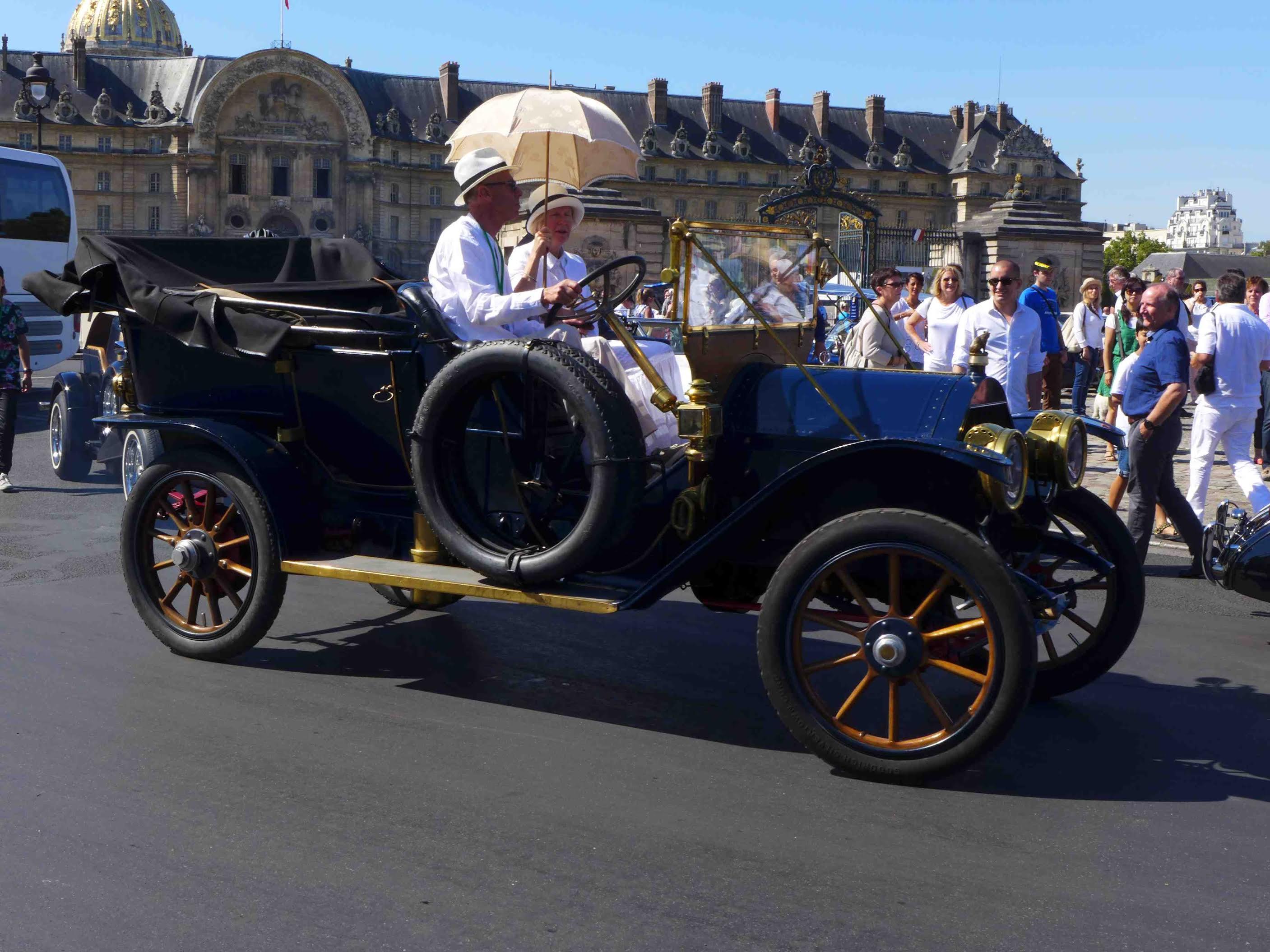 Laurette Fugain, traversée de paris, Vincennes en Anciennes, voiture de collection, promenade auto, rallye auto