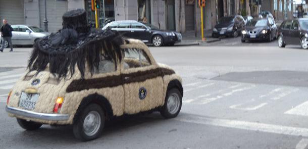 voiture la plus chevelue, cheveux, voiture cheveux, guiness world record, coiffeuse italienne, fiat, Fiat 500